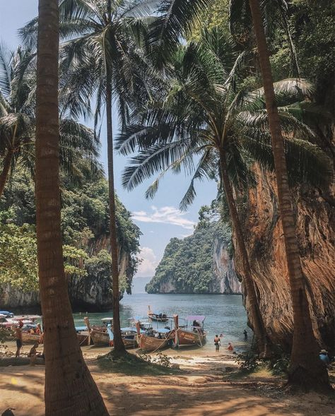 Thailand is a great destination if you're interested in taking your first solo female travel adventure. This article has great tips and hacks plus great travel photography! reiseziele 15 Best Destinations for Solo Female Travelers Amazing Destinations, Travel Destinations, Travel Diys, Travel Outfits, Travel Photographie, Voyager Seul, Destination Voyage, Photos Voyages, Thailand Travel