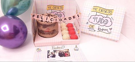 Caixa explosiva de aniversário com bolo e doces e um kit delicioso de mini bolo com docinhos da @catarinamariadocesartesanais #caixa #caixaspersonalizadas #caixaexplosao #caixaexplosiva #caixaexplosaoaniversario #caixaexplosãoaniversário #catarinamariadocesartesanais #vickpersonalizados #jesusmeusócio #tksgod🙌🏻