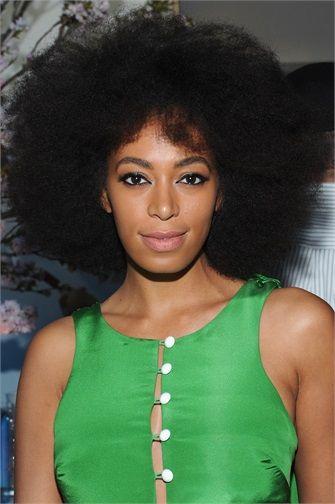 Solange Knowles  Capelli ricci: i tagli e gli styling 2015 Elastici, voluminosi o afro style.