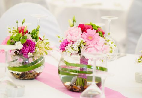 Super Kleine Kugelvasen Mit Sussen Strausschen Gefullt Ein Echter Hingucker De Hochzeit Deko Tisch Tischdekoration Hochzeit Blumen Blumenschmuck Hochzeit