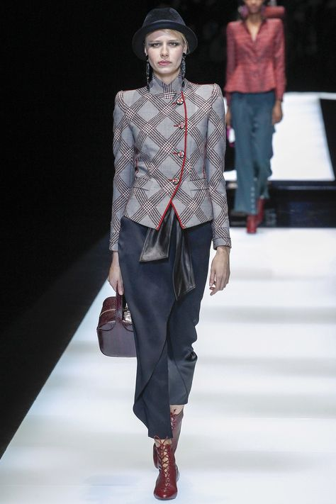 Giorgio Armani Fall 2017 Ready-to-Wear collection, runway looks, beauty, models, and reviews.