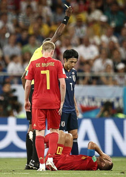 Referee Malang Diedhiou Shows A Yellow Card To Japan S Gaku Shibasaki In Their 2018 Fifa World Cup Round Of 16 Football M Soccer Referee Referee Football Match