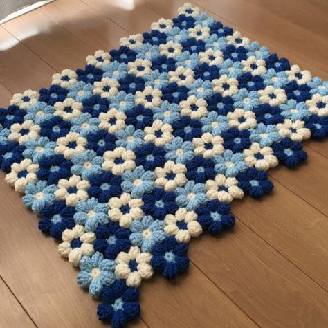 小花を繋いだラグ.マットです。人気のブルー再販です。使用糸  アクリル毛糸size:約60×48こちらの作品は赤青白の作品とは違い角をつけてみました。フローリング等では滑りますので必ず滑り止めを使用して下さい。時々天日干しし、洗濯の際は手洗い押し洗い...