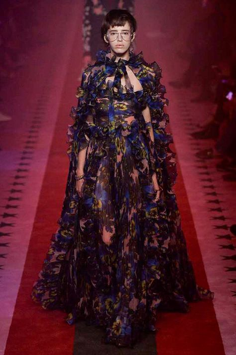 The complete Gucci Spring 2017 Ready-to-Wear fashion show now on Vogue Runway.