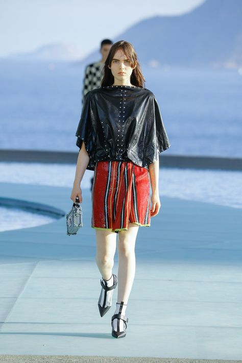 Louis Vuitton Resort 2017 collection, runway looks, beauty, models, and reviews.