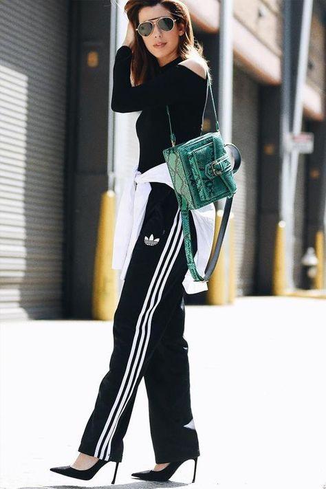 look calça esportiva com mochila chique. Calça esportiva como usar no trabalho. como usar calça adidas. look trabalho confortável.