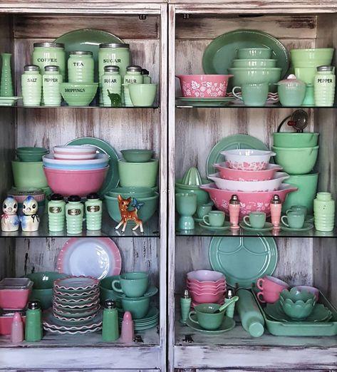 Vintage jadeite and pink Pyrex! Antique Dishes, Antique Glassware, Vintage Dishes, Pyrex Vintage, Vintage Kitchenware, Plywood Furniture, Pyrex Display, Pink Pyrex, Green Milk Glass
