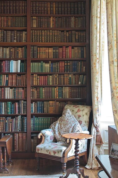 Stunning Home Library Ideas for Your Home. The love of reading is great, home library are awesome. However, the scattered books make the feeling less comfortable and the house a mess. Library Corner, Library Room, Dream Library, Library Ideas, Library Plan, Cozy Library, Corner Office, Vintage Inspiriert, Vintage Library