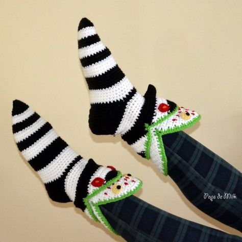 """""""Sandworm incidents increase,"""" a newspaper headline reads. I believe it – my feet have both been swallowed by this pair of sandworm slipper socks! Sandworm Slipper Socks Second pa… Crochet Geek, Crochet Crafts, Crochet Yarn, Crochet Projects, Free Crochet, Beginner Crochet, Crotchet, Easy Crochet, Tim Burton"""