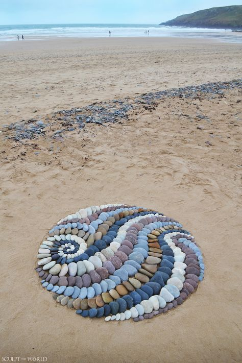 Land artist Jon Foreman creates visually stimulating stone arrangements using rocks, leaves, and other interesting pieces found on the beach. Art Et Nature, Nature Crafts, Nature Artists, Pebble Mosaic, Pebble Art, Stone Mosaic, Mosaic Art, Mosaics, Stone Crafts