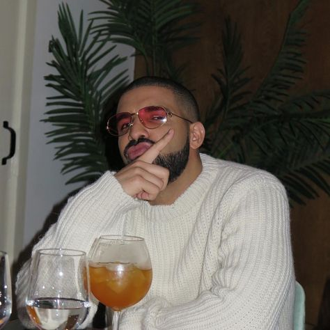Explore famous, rare and inspirational Drake lyrics and lines. Here are the 10 greatest Drake quotes on rap music, love, life and success. Aubrey Drake, Drake E, Drake Drizzy, Post Malone, Jeter Un Sort, Drake Wallpapers, Beard King, Mode Hip Hop, Drake Graham