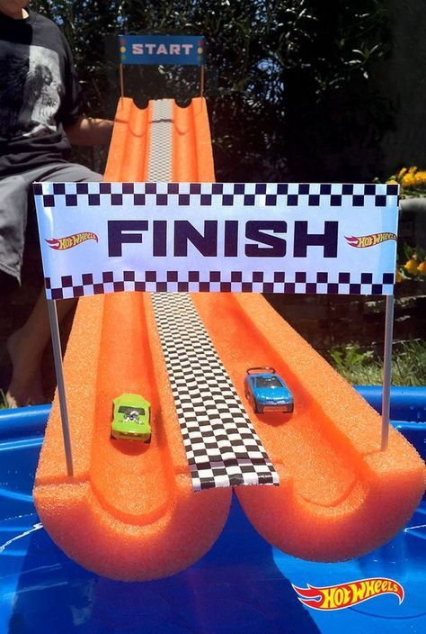 Turn a pool noodle into the perfect Hot Wheels water play course. Verwandeln Sie eine Poolnudel in den perfekten Hot Wheels Wasserspielplatz. Hot Wheels Birthday, Hot Wheels Party, Race Car Birthday, Race Car Party, Cars Birthday Parties, Car Themed Birthday Party, Kids Birthday Party Ideas, Race Cars, Hotwheels Party Ideas