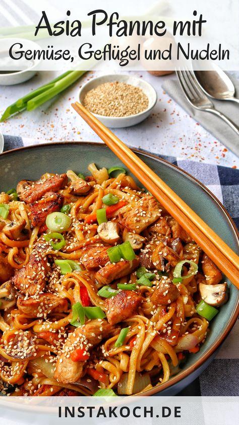 Meine schnelle Asia-Nudelpfanne mit Geflügel ist ein Rezept aus knackig frischem Gemüse und zartem, mariniertem Geflügel und ist leicht, gesund und vor allen Dingen super lecker. Ein tolles gesundes Essen für die ganze Familie. #pute #geflügel #asiapfanne #diät #abnehmen #kalorienarm #huhn #hähnchen