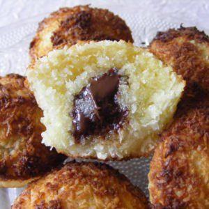 Recette Moelleux coco, coeur de chocolat Ingrédients / pour 6 personnes  2 œufs 100 g de sucre semoule 160 g de noix de coco Carrés de chocolat (j'en ai fourré la moitié au chocolat noir et l'autre moitié à la Pralinoise)