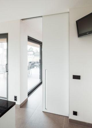 Schuifdeur Met Rail.Witte Schuifdeur Met Rail In Het Plafond Ingewerkt In 2019