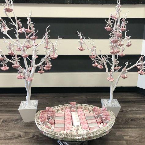 . Blush pink bridal favors.. . . . #chocolate #whitechocolate #weddinginspo #weddingdecor #chocolatedecoration #favors #weddingfavors #wedding #blushpink #confetti #sweettable #customchocolate #wedluxe #receivingline