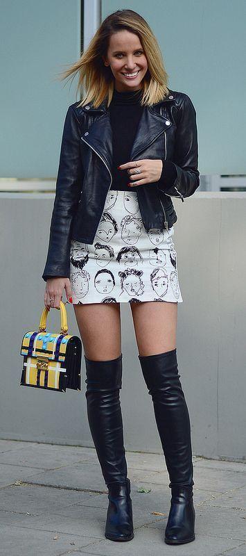 Schwarze Lederjacke und flache OTK Stiefel Outfit