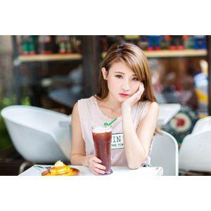 フリー写真 人物 女性 アジア人女性 中国人 孫佳歆 00221 飲み物 飲料 頬杖をつく フリー 写真 写真 頬杖