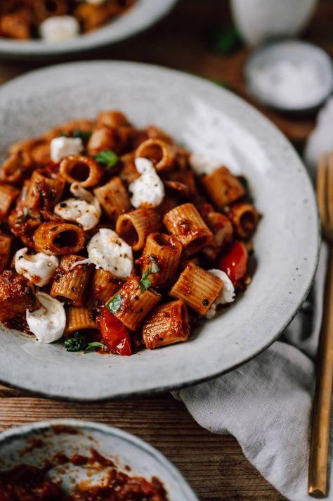Pasta mit Ofentomatensauce und Mozzarella: Seelenfutter und Sommer auf dem Teller ⋆ Knusperstübchen