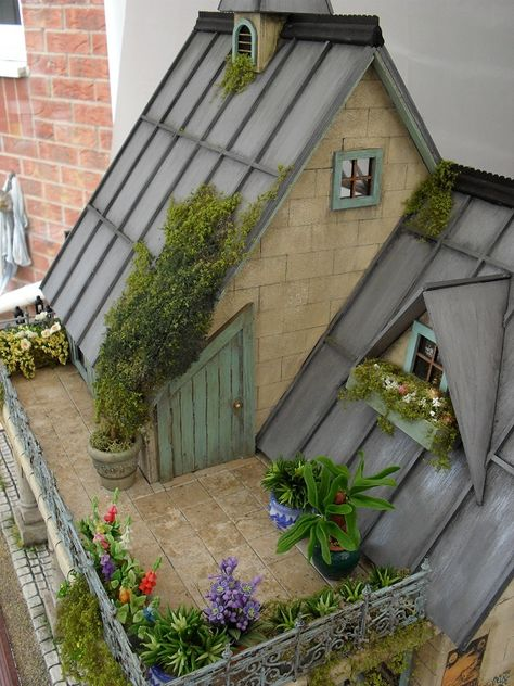 Miniature dollhouse roof garden/of course my teeny tiny house will have a rooftop garden. Miniature Rooms, Miniature Houses, Miniature Furniture, Small Doors, Tiny World, Fairy Houses, Dollhouse Miniatures, Cottage, Decoration