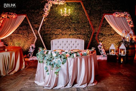 Modern backdrop for wedding events. #backdropwedding #backdrop #stagedesign #stage #weddingdecor #weddingdecoration #weddingdecorationideas #rusticweddingideas #rusticweddingdecor