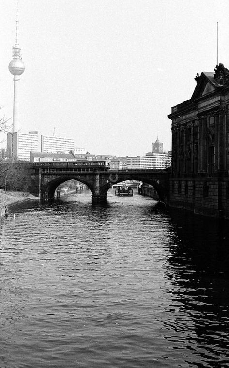 Ddr Bildarchiv Berlin Mitte Blick Auf Den Berliner Fernsehturm Und Die Spree In Berlin Mitte Von Der Mit Bildern Museum Insel Fernsehturm Museumsinsel Berlin