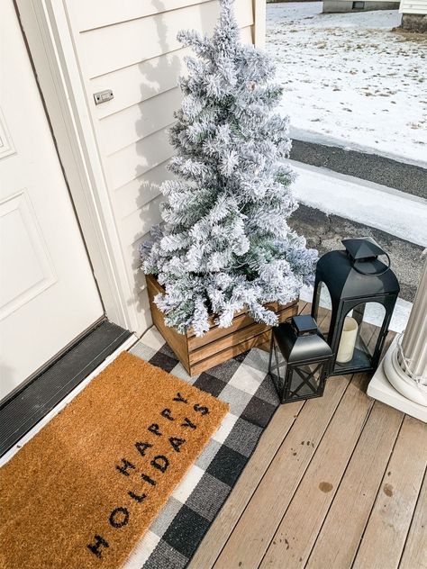 Winter Front Porch Decor that is Simple and Festive I went for a timeless winter porch look this year. Something that is simple yet festive and will look great all Winter l. Winter Home Decor, Winter House, Fall Decor, Festival Decorations, Christmas Decorations, Winter Porch Decorations, Small Front Porches, Log Home Interiors, Seasonal Decor