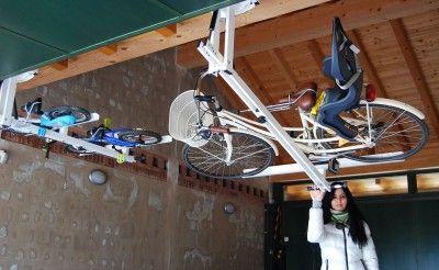 自転車を駐車場の天井にフラットに収納できる Flat Bike Lift