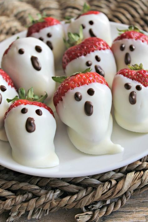 appetizers for party heading to a halloween party and looking for a spooky treat? these 15 Halloween party appetizers are yummy but theyre also eeasy to make! Halloween is one of t Halloween Party Snacks, Comida De Halloween Ideas, Soirée Halloween, Hallowen Food, Snacks Für Party, Appetizers For Party, Halloween Brownies, Preschool Halloween, Halloween Costumes