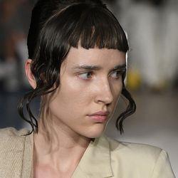 Hassliche Haare 5 No Go Frisuren Die Zwar Stylish Sind Aber Kein Mensch Gut Findet Haare Coole Frisuren Augenbrauen Malen