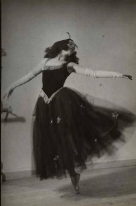Une danseuse chez 'Diaghalev' (1930).  https://www.facebook.com/pages/Culture-und-Kultur/382992095121582