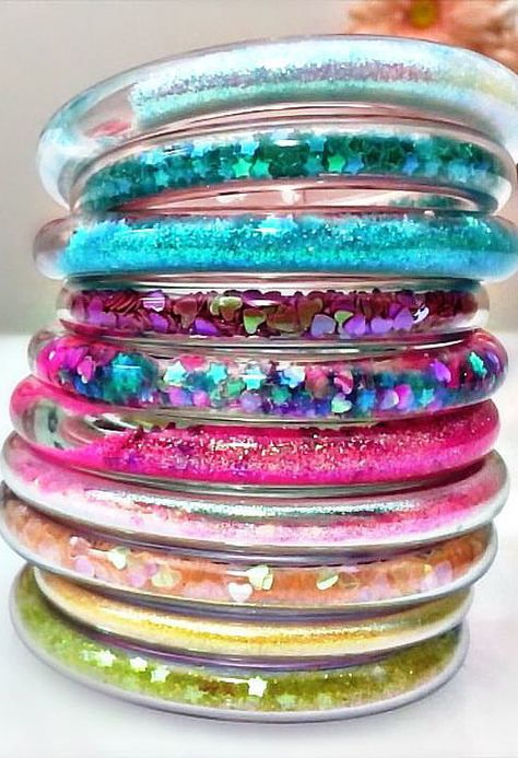 Learn how to make these fun Glitter Tube Bracelets with Annelise & Julia. It's glitter, it's jewelry. Glitter Projects, Glitter Crafts, Glitter Art, Resin Crafts, Fun Crafts, Glitter Uggs, Glitter Outfit, Glitter Vinyl, Glitter Nails