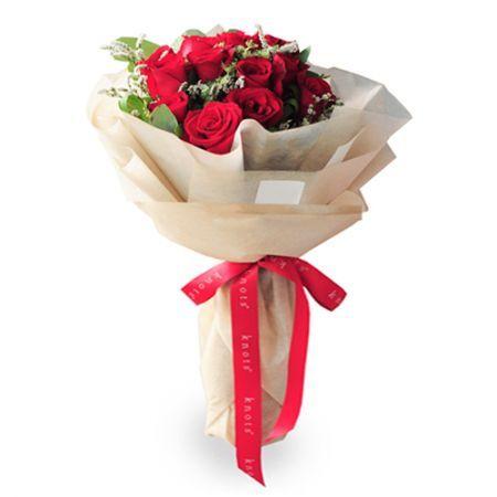 12 Red Roses Match With Small Floral En 2020 Bouquet De Fleurs Fleurs Bouquet