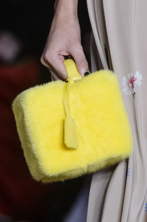 7 Bag Trends Fashion Girls Can't Stop Wearing - Bag and Purse Trends Spring 2018 – Runway Bags Spring 2018 - Trend Fashion, Fashion Bags, London Fashion, Color Combinations For Clothes, Fur Bag, Fabric Bags, Summer Bags, Cute Bags, Zipper Bags