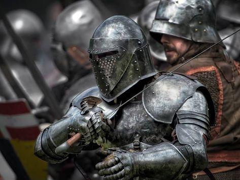Pequeños contingentes de soldados animados por la fe y capitaneados por un señor feudal, así eran los ejércitos que guerrearon en las Cruzadas. Su fuerza descansaba en la caballería pesada y las armas de acero.