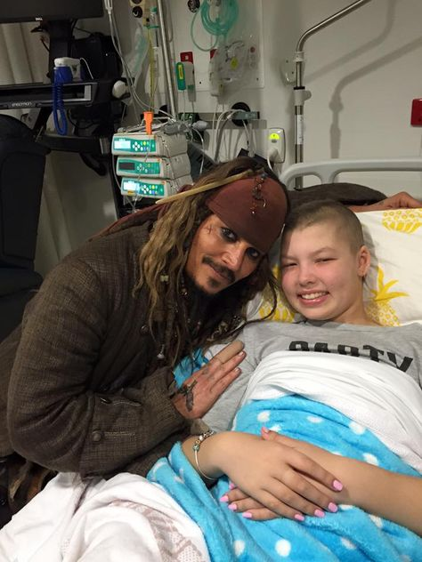 Johnny Depp Drop By a Children's Hospital As Jack Sparrow And It Was Emotional : http://theawesomedaily.com/johnny-depp-drop-by-a-childrens-hospital-as-jack-sparrow/ #awesome