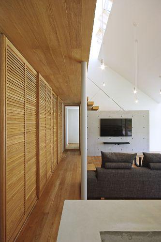 宿町の家 2016年 勾配天井のldk ルーバーの建具やコンクリートの壁が