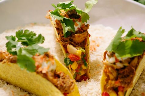 Jeroen maakte ooit 'pulled pork', varkensvlees dat je lang op lage temperatuur gaart zodat het heel zacht wordt en je het gemakkelijk uit elkaar kunt trekken. In dit recept doet hij hetzelfde met kip.De kip wordt ingewreven met flink wat exotische specerijen en bruine suiker en gaat dan voor minstens twee uur in de oven. Als ze gaar is, trek je het vlees in stukjes en gebruik je het samen met een pittige Mexicaanse salsa om tacoschelpen te vullen.