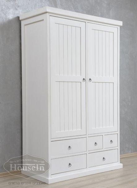 למעלה ארון בגדים בעל שתי דלתות רחבות וחמש מגירות. הארון עשוי עץ קרולינה KM-11