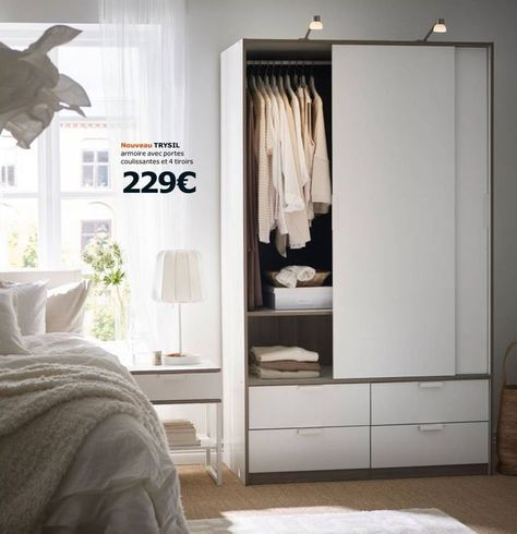 Page 30 de la brochure Armoires Ikea 2017 : nouveau dressing Trysil avec portes coulissantes et 4 tiroirs 229 euros. 2 tablettes réglables et 2 tringles incluses. Les portes coulissantes nécessitent peu d'espace d'ouverture. Panneau de particules/fibres de bois, peint acrylique, feuille décor, plastique ABS. Design K. Hagberg/M. Hagberg. L118 x P61, H202 cm. Ikea