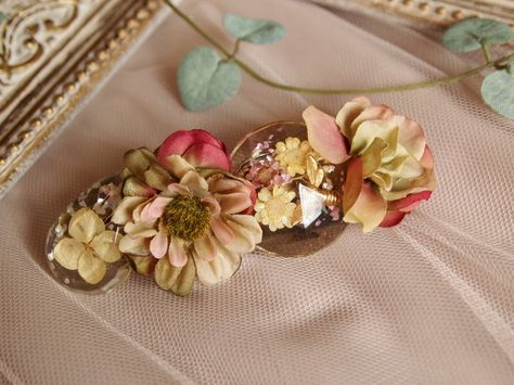 レジンをビジューに見立て作ったバレッタレジンはクリアでドライフラワーなど封入しています。ハチのチャームが可愛らしいレジンです。花の色合いはアンティーク調にまと...|ハンドメイド、手作り、手仕事品の通販・販売・購入ならCreema。