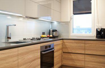 Niebanalna Nowoczesna Aranzacja W Niewielkiej Typowej Kuchni W Bloku Z Wielkiej Plyty Ze Wzgledu Na Ukl Modern Kitchen Design Kitchen Remodel Kitchen Design