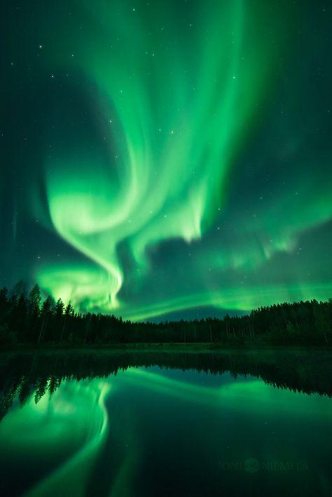 aurores boréales de Finlande par Joni Niemelä - - What is the Aurora Borealis? Aurora Borealis, Dark Green Aesthetic, Northen Lights, Ciel Nocturne, Solar Activity, Green Pictures, High Pictures, Slytherin Aesthetic, Green Photo