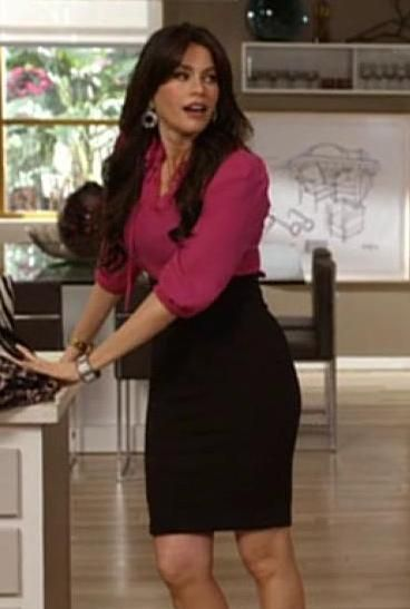 Gloria Pritchett Delgado Combining A Pink Shirt With A Black Skirt In Modern Family Sofia Vergara Style Black Skirt Pink Shirt