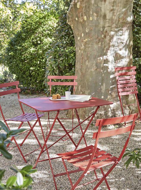 Une table de jardin Fermob en acier rouge pliante pour des ...