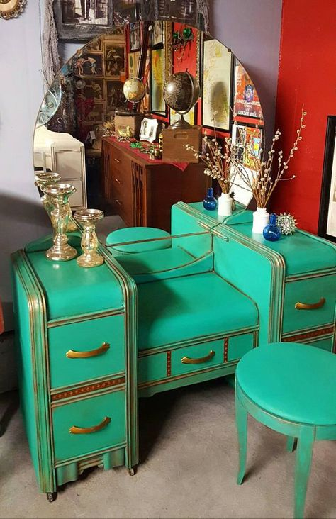 How The Vintage Vanity Became The Modern Makeup TaYou can find Vintage vanity and more on our website.How The Vintage Vanity Became The Modern Makeup Ta Art Deco Furniture, Vintage Furniture, Painted Furniture, Diy Furniture, Furniture Design, Barbie Furniture, Garden Furniture, Office Furniture, Modern Furniture