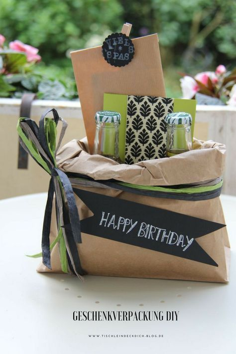 Ein Geburtstagsgeschenk sollte man doch schön verpacken oder? Hierfür benötigst du lediglich eine Papiertüte, etwas Schleifenband aus Papier und schwarze Pappe. Diese kreative Geschenkverpackung und einen tollen Geschenkekoffer findest du auf dem Blog. #geburtstagsgeschenk #verpacken #Birthday #diy #geschenkidee