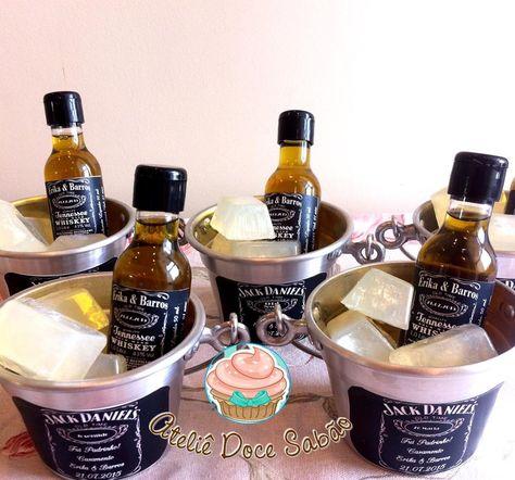 Kit Whisky <br> <br>Acompanha rotulo personalizado, uma garrafinha com sabonete líquido 50 ml com aroma de whisky, baldinho de alumínio, 3 cubos de sabonete em formato de gelo com aroma de limão, embalagem de celofane, fita de cetim e tag. <br> <br>Sabonetes hipoalergênicos com extrato hidratante. <br> <br>Baldinho: Comprimento: 14cm x Largura: 10cm x Altura: 7cm <br> <br>Validade do produto 01 ano <br> <br>Escolha o tema da sua bebida favorita.