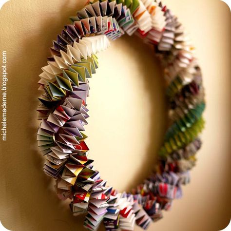 The Box Chain - Paper Wreath DIY Wreath~ make a Box Chain Paper Wreath- out of magazines, wrapping paper or newspaper. From Michele Made Me.DIY Wreath~ make a Box Chain Paper Wreath- out of magazines, wrapping paper or newspaper. From Michele Made Me. Recycled Magazines, Old Magazines, Recycled Books, Recycled Jewelry, Newspaper Crafts, Book Crafts, Wreath Crafts, Diy Wreath, Paper Wreaths