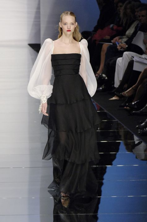 Valentino at Paris Fashion Week Spring 2006 - Runway Photos Source by ashleyzhangjewelry dresses runway Fashion Week Paris, Crazy Runway Fashion, Top Fashion, Fashion Weeks, Fashion 2020, Fashion Art, High Fashion, Fashion Show, Fashion Dresses